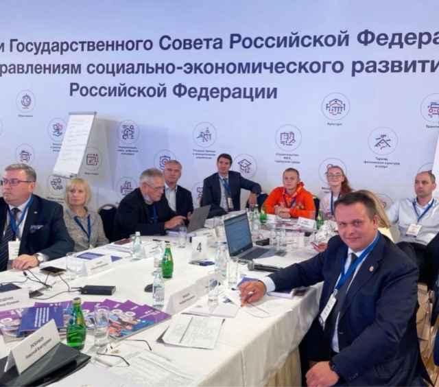 Новгородские педагоги предложили дополнительно обучать педагогов, сформировать единую систему оплаты труда, создать ведомственный фонд жилья, «учительскую» ипотеку
