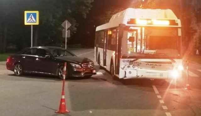 На улице Мерецкова-Волосова 34-летний мужчина на «Mерседесе», поворачивая налево, не уступил дорогу автобусу «ЛиАЗ».
