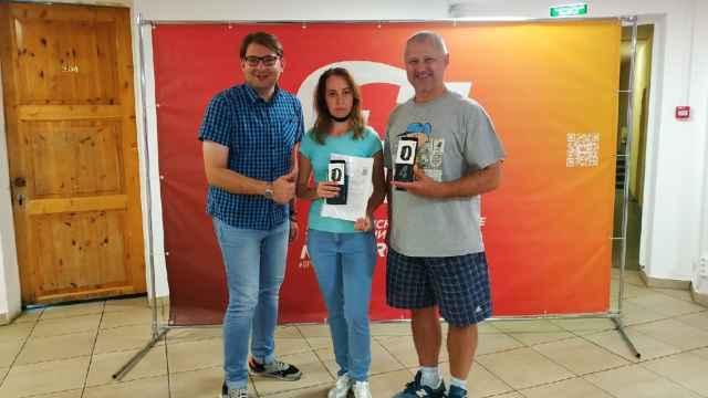 Супруги из Боровичей Светлана и Николай Павловы на вручении подарков с ведущим Евгением Яниным.