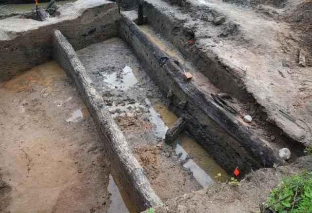 Исследователи увидели стену из длинных дубовых брёвен, которая не подвергалась каким-либо смещениям за столетия.