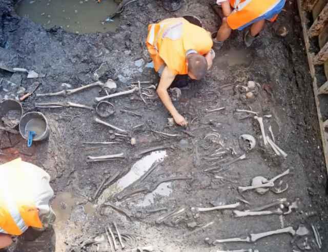 Археологические работы на набережной Александра Невского проходили в рамках её реконструкции.
