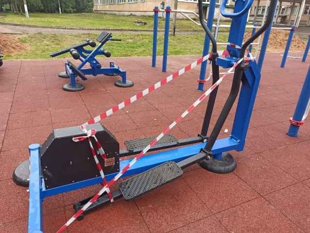 На территории спортивной площадки работают камеры видеонаблюдения.