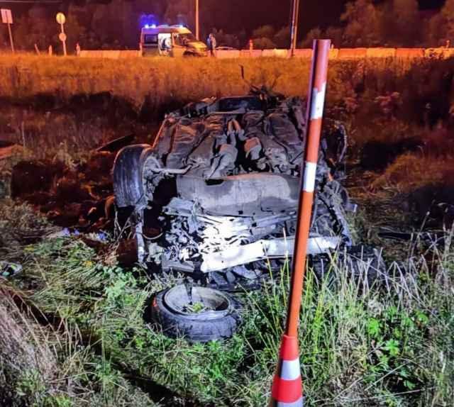 В результате ДТП водитель и 45-летний пассажир от полученных травм скончались на месте происшествия.