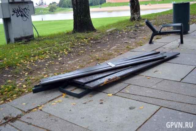 Хулиганы разломали новую скамейку на Ярославовом дворище в Великом Новгороде