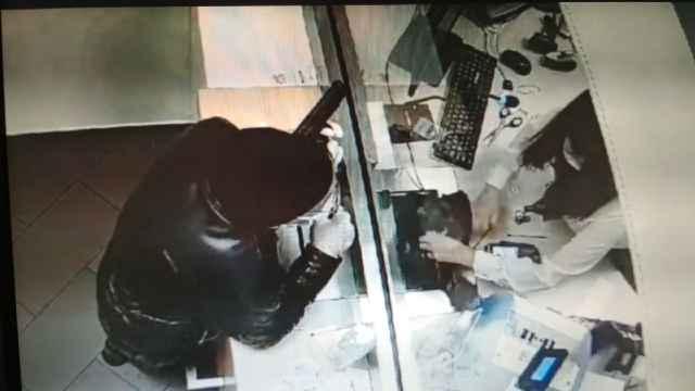 Кадр из камеры видеонаблюдения в банке