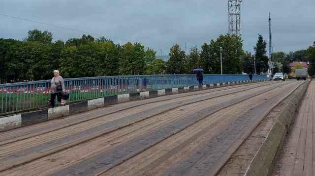 Во время ремонтных работ движение автотранспорта по Александровскому мосту, который рушане называют Живым, будет закрыто.