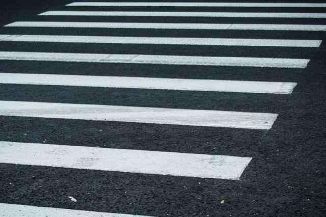 Девочка переходила дорогу по «зебре».
