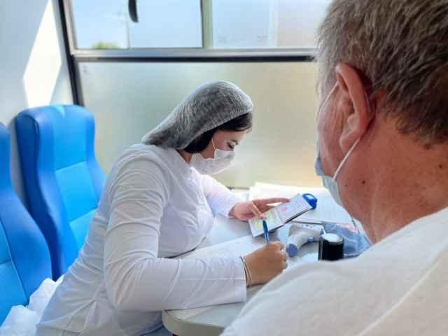 Более 161 тысячи жителей Новгородской области сделали первую прививку от коронавируса.