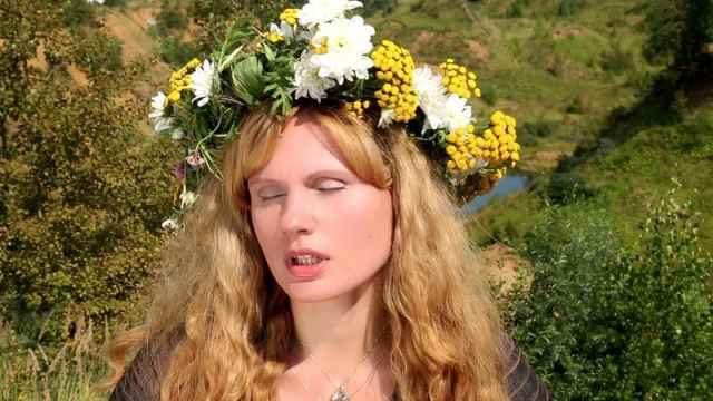 Одна из героинь фильма следователь (Юлия Яновская) напоминает фольклорную героиню, русалку, заманивающую мужчин.