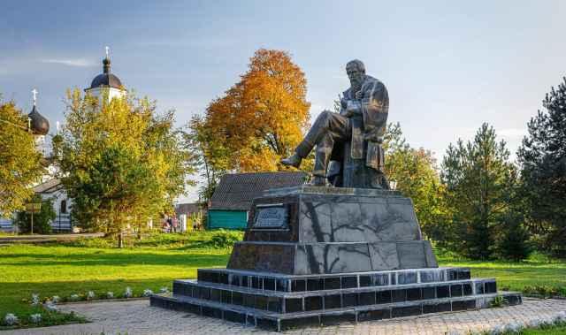В Старой Руссе памятник Фёдору Достоевскому был открыт в 2001 году — к 180-летию со дня рождения писателя.