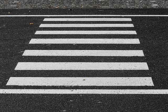 Пешеход переходил дорогу по «зебре».