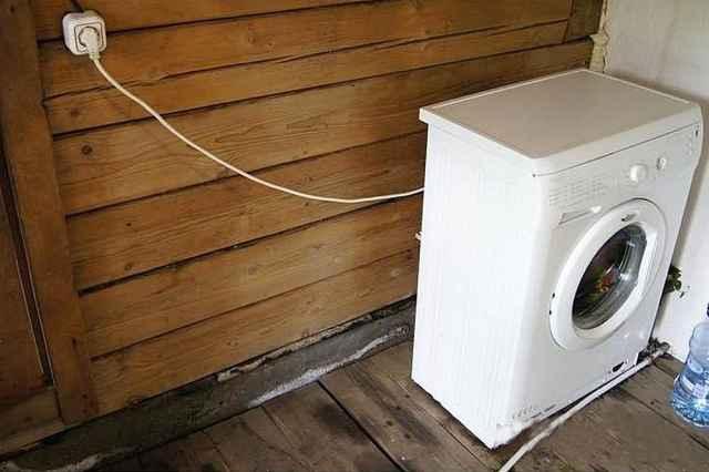 Житель деревни Сысоево Марёвского района сообщил в полицию, что из его бани и с придомовой территории похищены две стиральные машины, бочка, металлические провода и другие вещи.