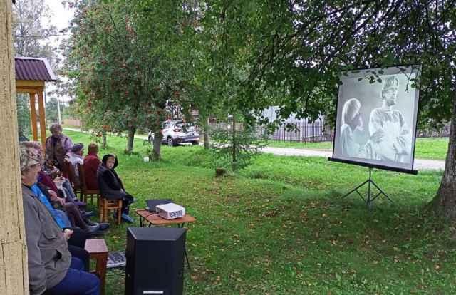 Экран оборудовали в центре деревни, у одного из домов.