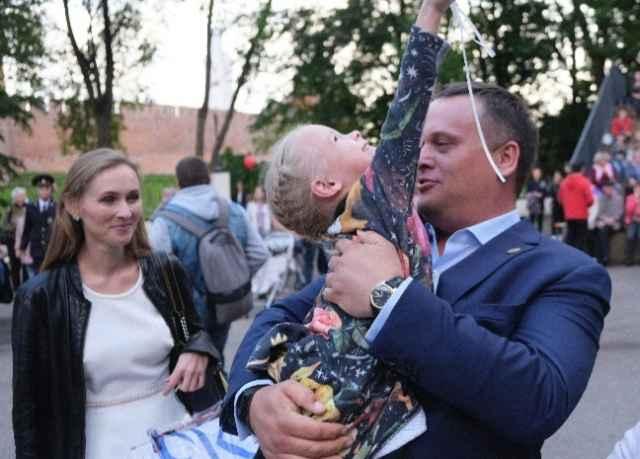 Губернатор Андрей Никитин поддержал дочь Арину во время её первого выступления на сцене.