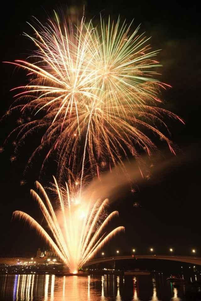 Великий Новгород отметил 1162-ю годовщину праздничном фейерверком над акваторией Волхова.