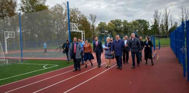 Стадион включает футбольное поле, баскетбольное, волейбольное, площадку для воркаута и легкоатлетическую зону. Им смогут пользоваться все желающие.