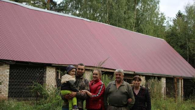 Вот эту ферму на земле своих предков в деревне Глебошь своими руками построил Александр Петров (второй справа). И с полным правом гордится своим детищем.  В этой же деревне собирается строить дом и молодая семья Тихомировых — они уже получили 15 соток под застройку.