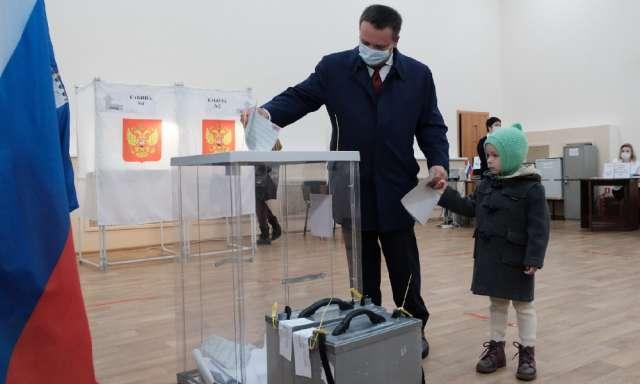 Андрей Никитин проголосовал на избирательном участке №1227 в деревне Савино Новгородского района, к которому приписан по месту проживания.