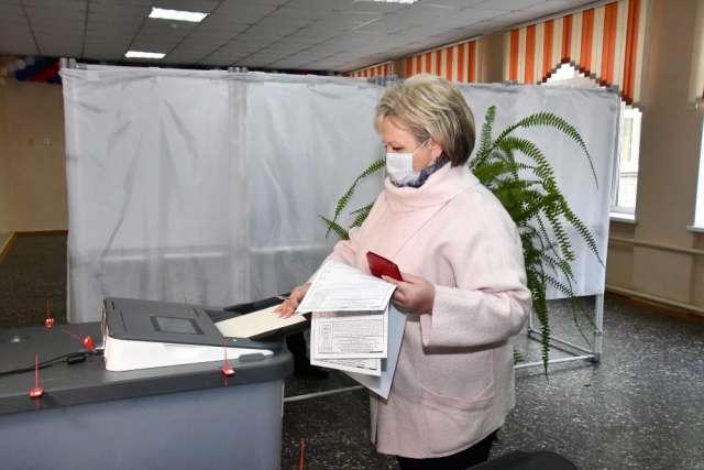 Елена Писарева отметила активность избирателей в первый день голосования. По её словам, в 9 утра уже было много голосующих на участке в новгородской школе  №13.