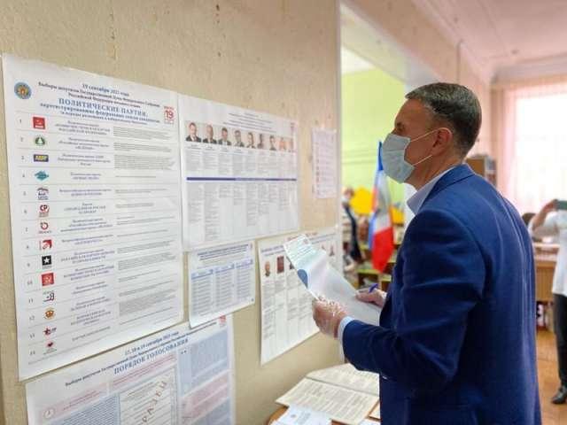 Проголосовав на своём участке, Алексаандр Розбаум ознакомился с ситуацией и на ряде других избирательных участков в Старой Руссе.