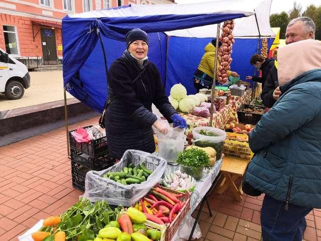 На Соборной площади в Старой Руссе продавали тыквы, рыбу, мёд и яблоки