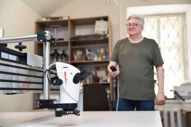 Функционал рабочего стола позволяет проводить сложнейшие реставрационные работы с использованием современного бинокулярного микроскопа.