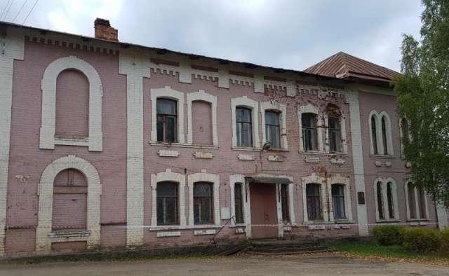 Разработана проектно-сметная документация реконструкции купеческого клуба XIX века в Окуловке, которая проходит сейчас госэкспертизу. Регион планирует подать заявку на включение клуба в нацпроект «Культура» на 2022 год.