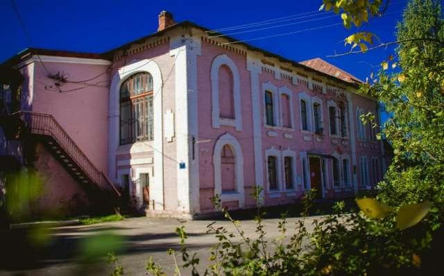 Учреждение культуры в купеческом доме в Окуловке располагалось много лет, и жители ждут реновации.