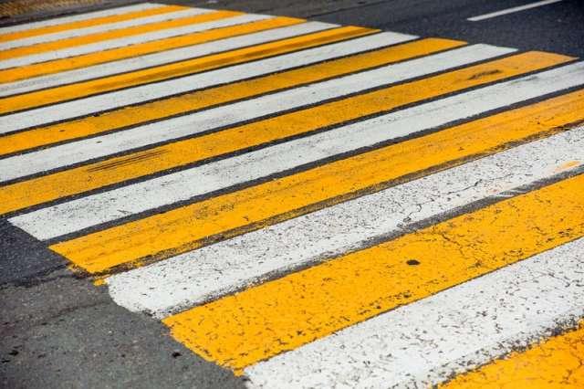 Женщина переходила дорогу не по пешеходному переходу.