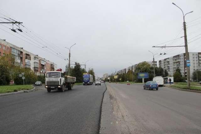 После асфальтирования основного хода проспекта подрядчик завершит асфальтирование тротуаров.