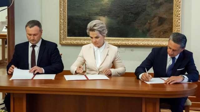 Подписи под соглашением поставили первый вице-губернатор Вероника Минина, мэр Великого Новгорода Сергей Бусурин и первый вице-президент РМК Олег Сиенко.