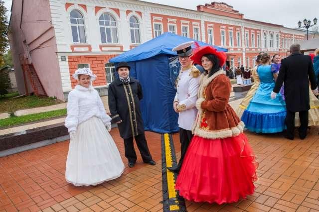 В Старой Руссе воссоздали атмосферу провинциального курортного города XIX века, в котором жил и работал Достоевский.