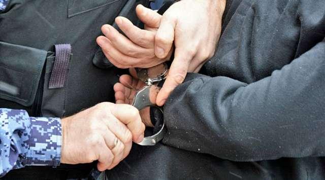 После визита сантехника Алексея у художницы пропали золотой крестик, серебряные запонки, перстень, подстаканник и ложки, а также броши и бижутерия.