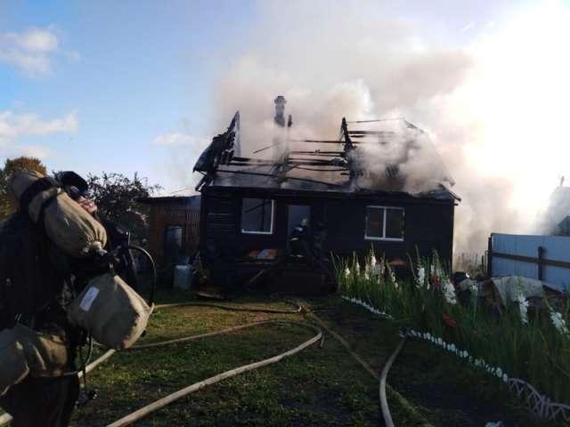 Огонь полностью уничтожил внутреннюю отделку в доме, его кровлю и хозпостройки.