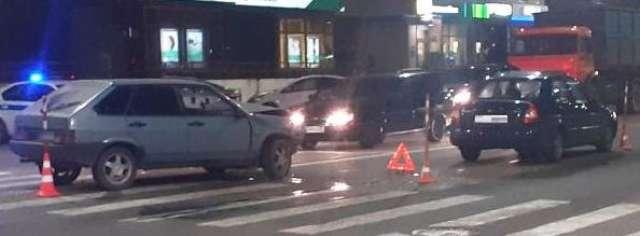 Водитель отечественной легковушки и 42-летняя пассажирка иномарки получили сотрясение головного мозга.