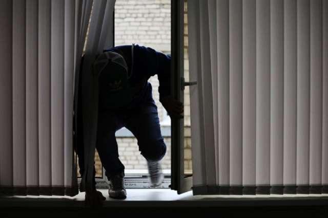 Сотрудники уголовного розыска задержали подозреваемого после просмотра записей с камер видеонаблюдения.