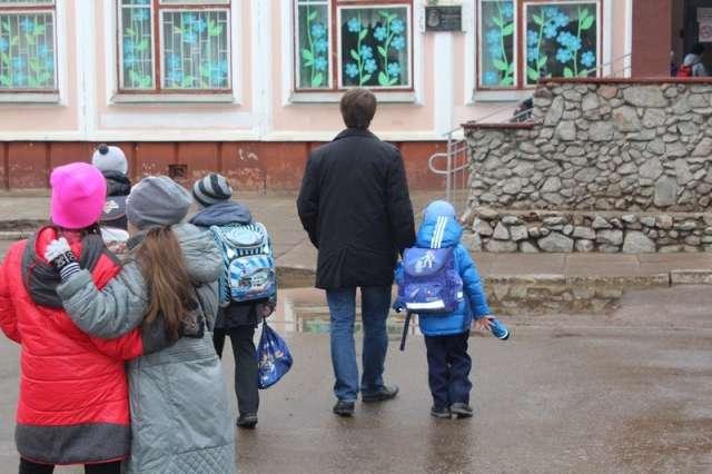 Проведение на территории школ и детских садов различных мероприятий возможно только с согласия руководителя образовательной организации и при соблюдении антикоронавирусных мер.
