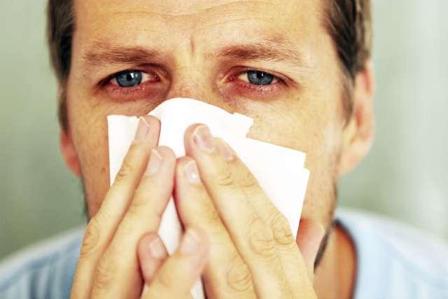 У заболевших COVID-19 могут быть боли в горле, высокая температура, а также головокружение, глухота и потеря обоняния.