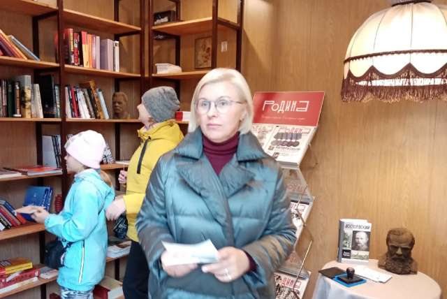По словам Анжелики Гурской (на переднем плане), Старорусский Литературный киоск передан в оперативное управление городской библиотеке и будет работать по определённому расписанию.