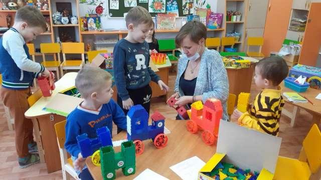 Яна Котова с воспитанниками детского сада на занятии по ТИКО-моделированию.