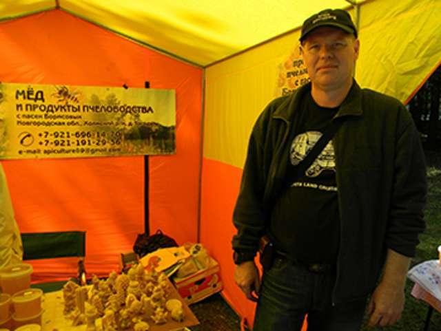 Дмитрий Борисов на ярмарках предлагает покупателям не только мёд, но и пыльцу, пергу, забрус, прополис, подмор, декоративные свечи, воск в форме отливок.