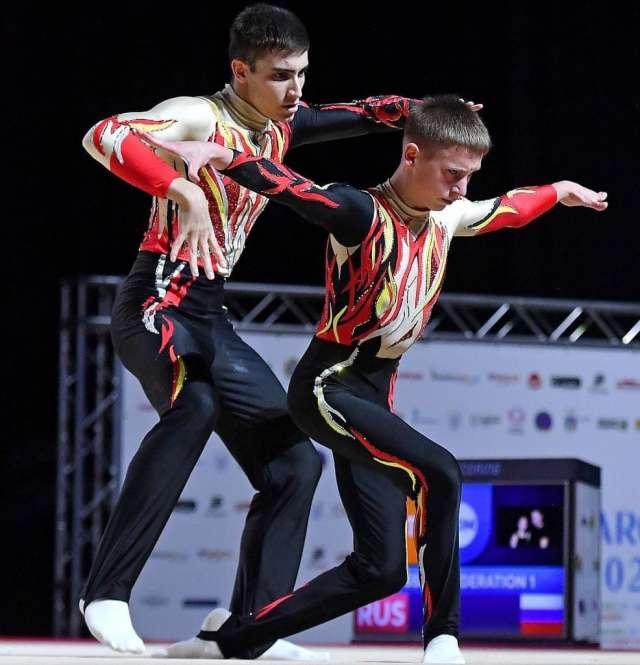 Выступление Самира Мамедова и Владислава Глевицкого в многоборье в возрастной категории 13-20 лет среди мужских пар.