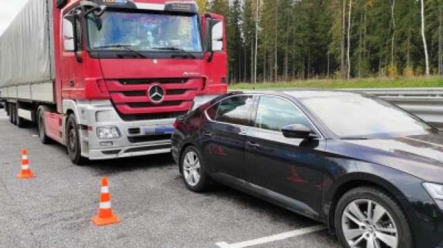 Водитель фуры не поставил грузовик на тормоз.