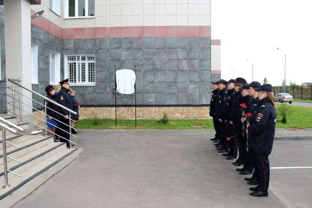 Присутствующие почтили минутой молчания память о погибших сослуживцах, возложили цветы и высадили молодые туи.