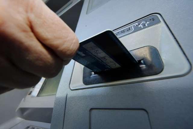 С помощью «Мобильного банка» мужчина перевёл деньги на карту знакомого, чтобы тот потом передал их ему.