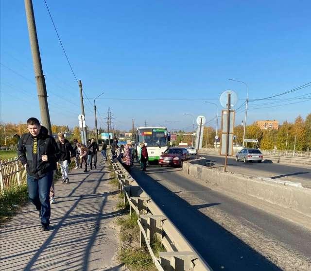 Водитель «Шевроле» пытался въехать на ремонтируемый мост перед городским автобусом.