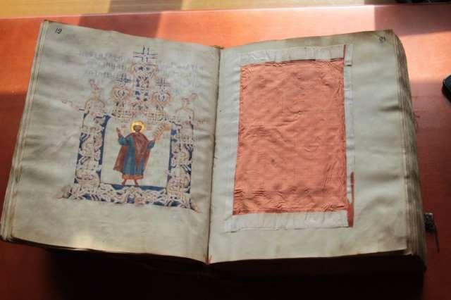 Палеографы и искусствоведы датируют Псалтирь Ивана Грозного второй половиной XIV века.