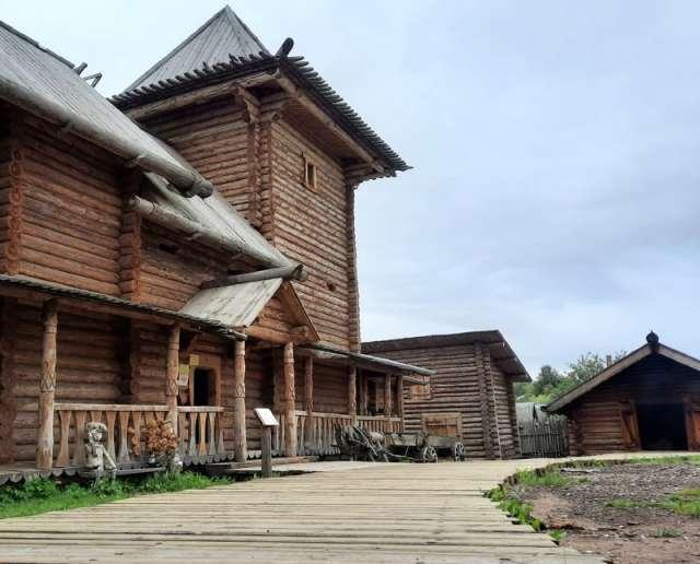 Музей является имитацией типичной усадьбы рушанина XII века.