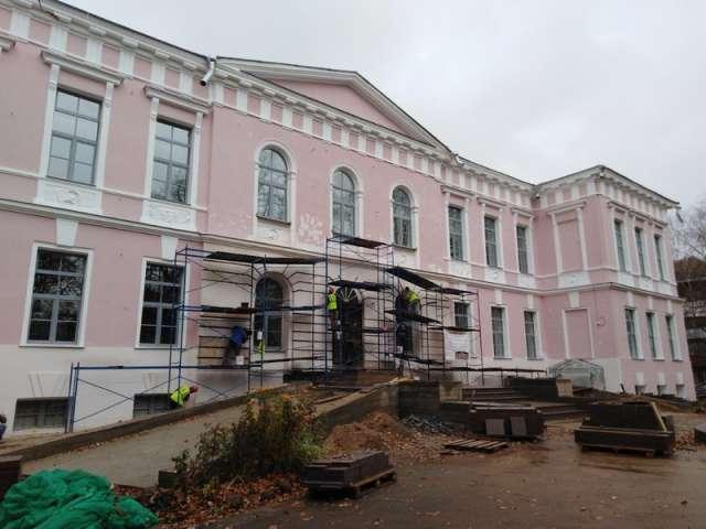 К 1 ноября ремонт фасада Центра культуры и досуга завершат.