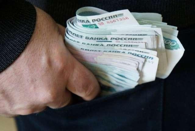 Александр Иванов брал в магазине деньги и товары.